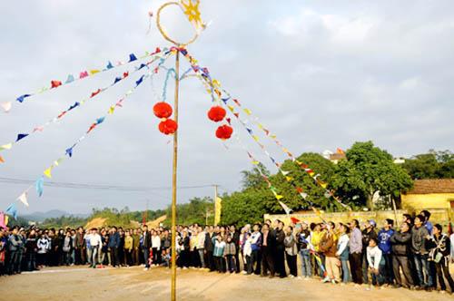 """Lễ hội đình Lục Nà đã trở thành """"ngày hội"""" của các bản làng Bình Liêu. Trong ảnh: Ném còn tại lễ hội năm 2012"""