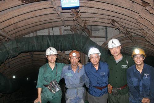 Nhà báo Trần Giang Nam đứng giữa, chụp chung với thợ lò Than Hà Ráng, năm 2009