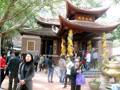 Đền Cặp Tiên luôn thu hút đông khách thập phương vào những dịp đầu năm